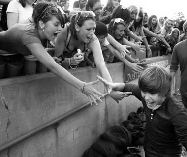 Джастин Бибер с фанатами