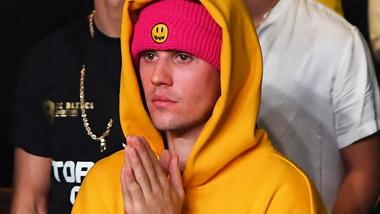 Джастин Бибер в капюшоне.